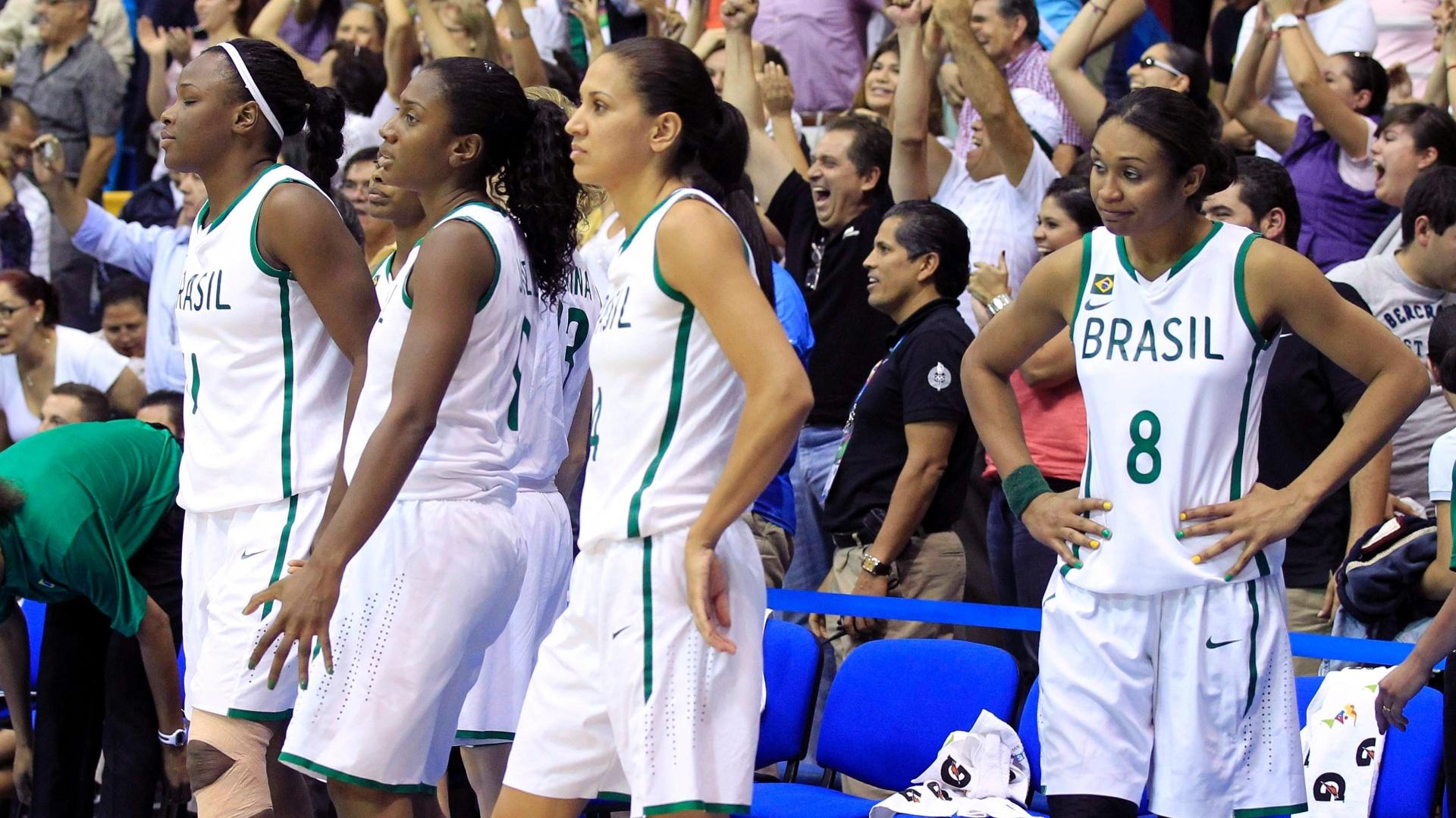 No banco de reservas, Iziane lamenta derrota brasileira no final da semifinal contra Porto Rico no Pan (24/10/2011)
