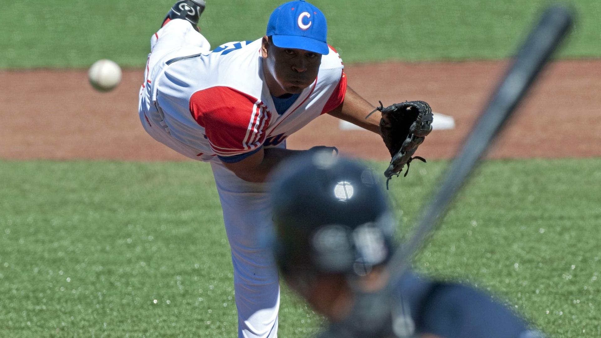 O cubano Freddy Alvarez arremessa contra um rebatedor americano, em partida de beisebol no Pan de Guadalajara