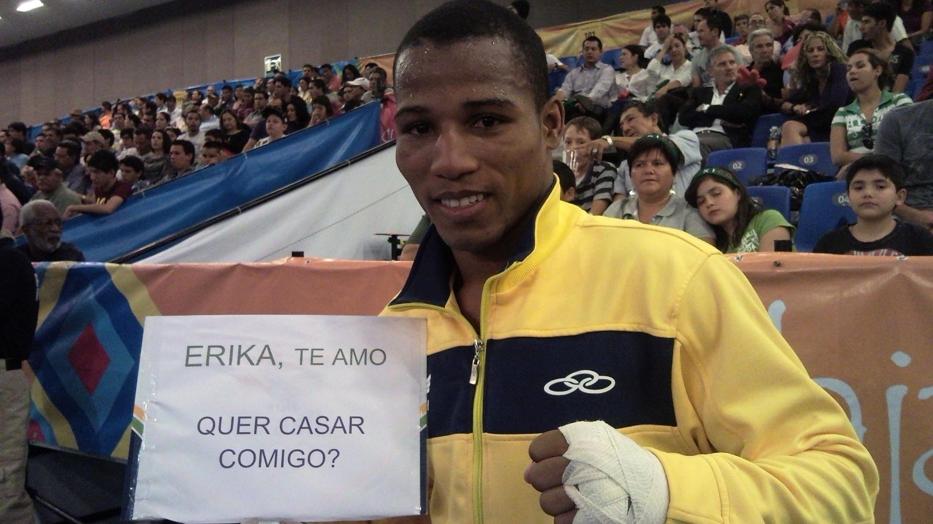 Robson Conceição vence semi do boxe e pede namorada em casamento (24/10/2011)