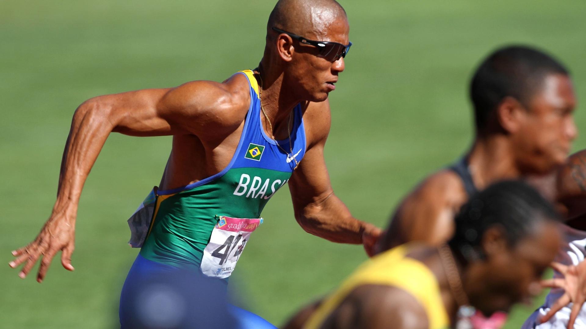 Sandro Viana larga nas eliminatórias dos 100 m rasos; ele foi quarto em sua bateria, mas avançou à semifinal do Pan