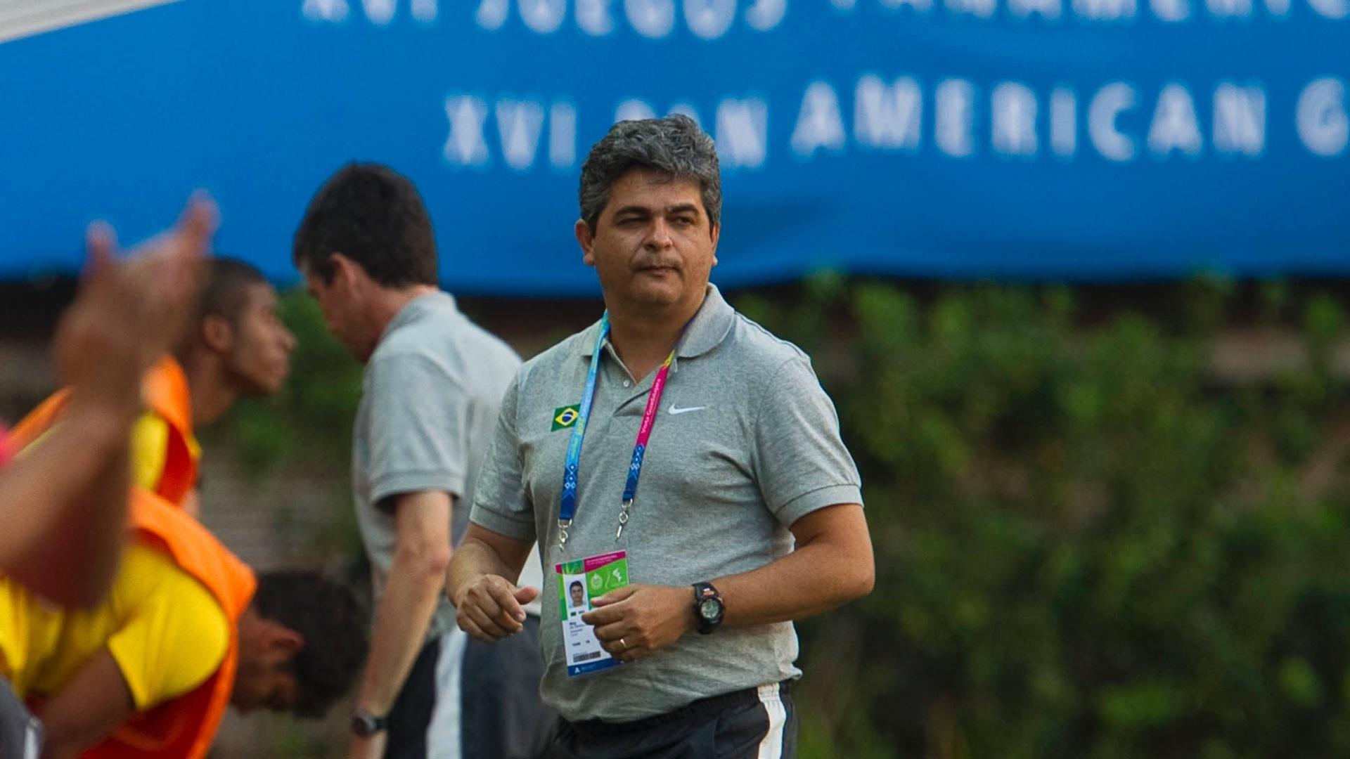 Técnico Ney Franco comanda o Brasil na partida contra Cuba (21/10/11)
