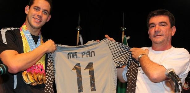 Pereira recebeu a camisa 11 do Corinthians das mãos do presidente Andrés Sanchez