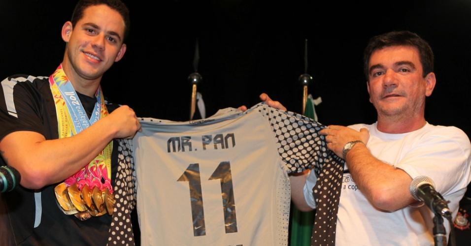 Thiago Pereira foi recebido pelo presidente Andrés sanchez e ganhou de presente a camisa 11 do Corinthians (24/10/2011)