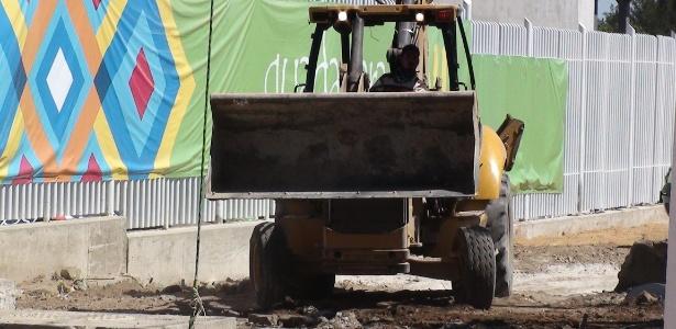 Trator trabalha para acertar detalhes do estádio que recebe provas de atletismo no Pan