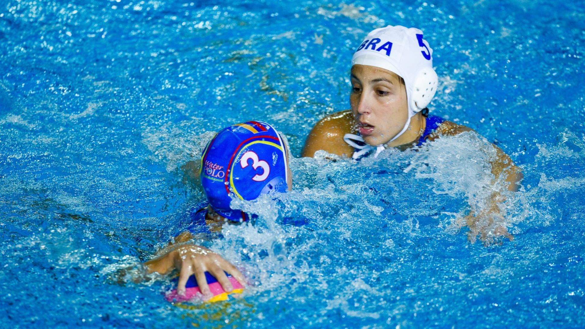 A brasileira Catherine de Oliveria, da seleção brasileira de polo aquática, marca a adversária venezuelana (25/10/2011)