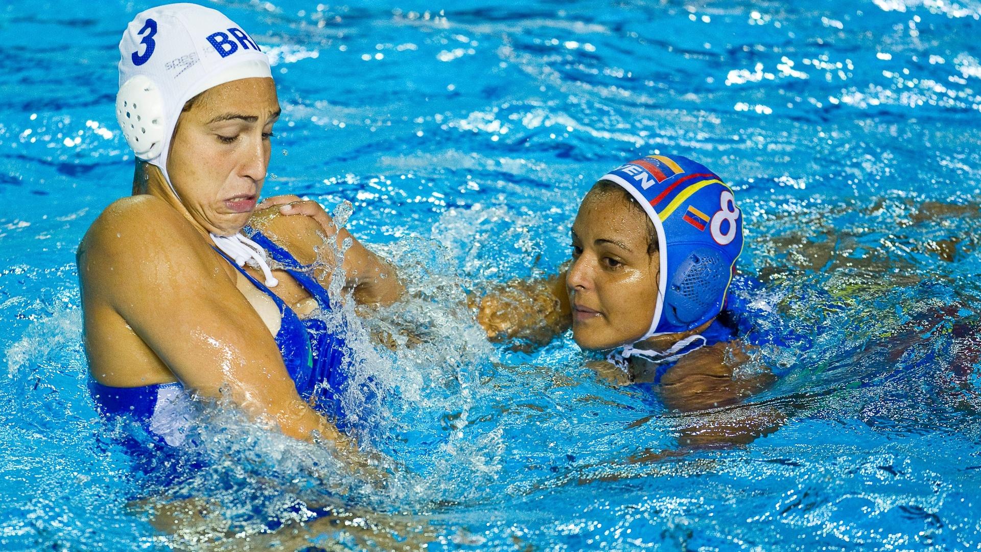 A brasileira Marina Zablith, da seleção brasileira de polo aquático, tenta se livrar da venezuelana durante confronto pelo Pan (25/10/2011)