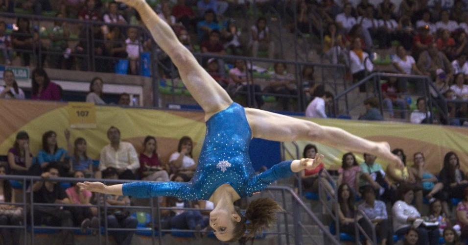 Canadense Kristina Vaculik faz pirueta durante prova de ginástica artística em Guadalajara