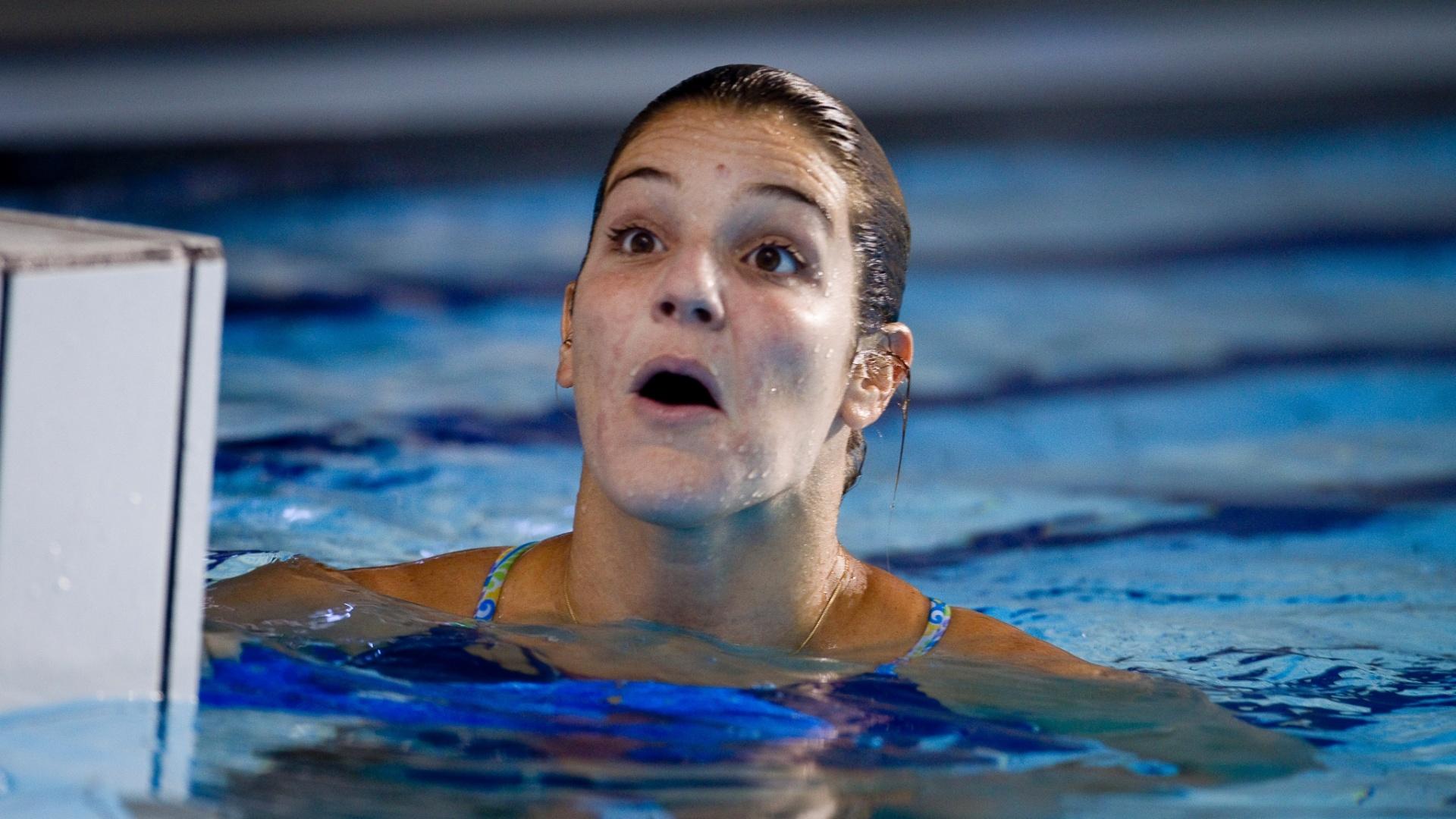 Com cara de assustada, Juliana Veloso, do saltos ornamentais, treina em Guadalajara (25/10/2011)