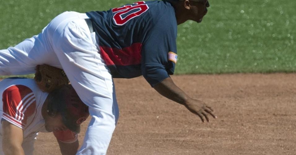 Cubano Jose Abreu fica no meio das pernas do norte-americano Joseph Thurston em jogo de beisebol do Pan de Guadalajara (20/10/2011)