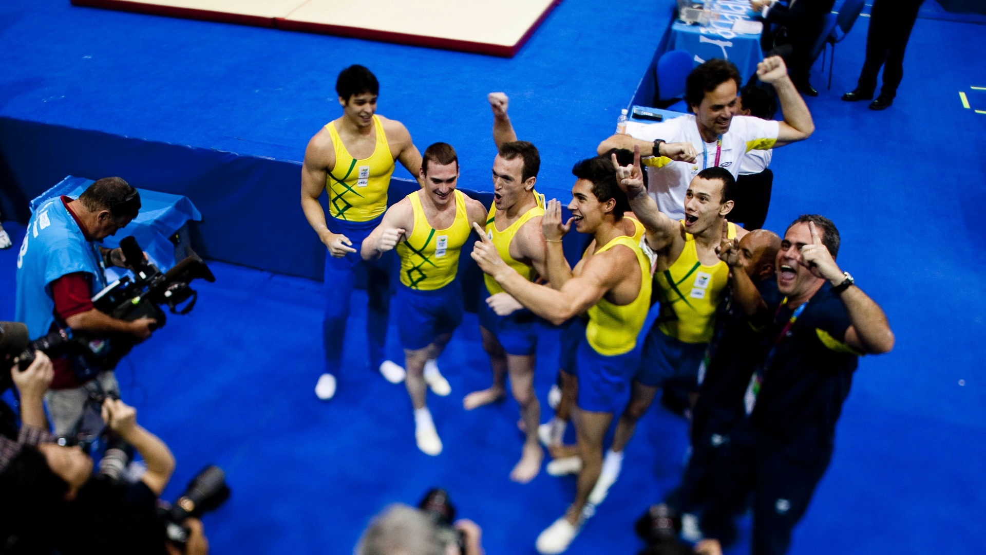 Equipe brasileira da ginástica artística comemora medalha de ouro no Pan-Americano (25/10/2011)