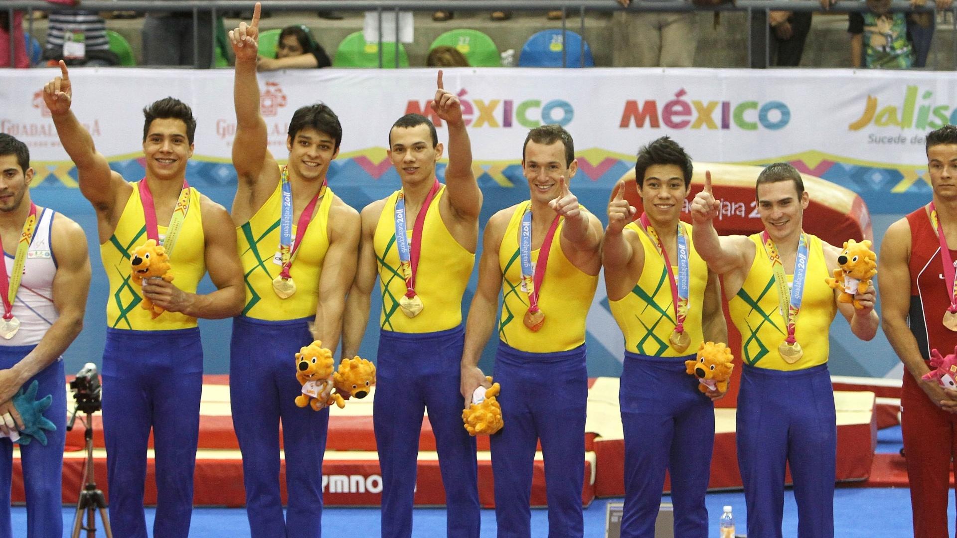 Equipe brasileira de ginástica artística sobe ao pódio para receber medalha de ouro (25/10/2011)