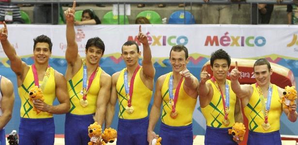 Equipe brasileira da ginástica artística comemora medalha de ouro no Pan-Americano