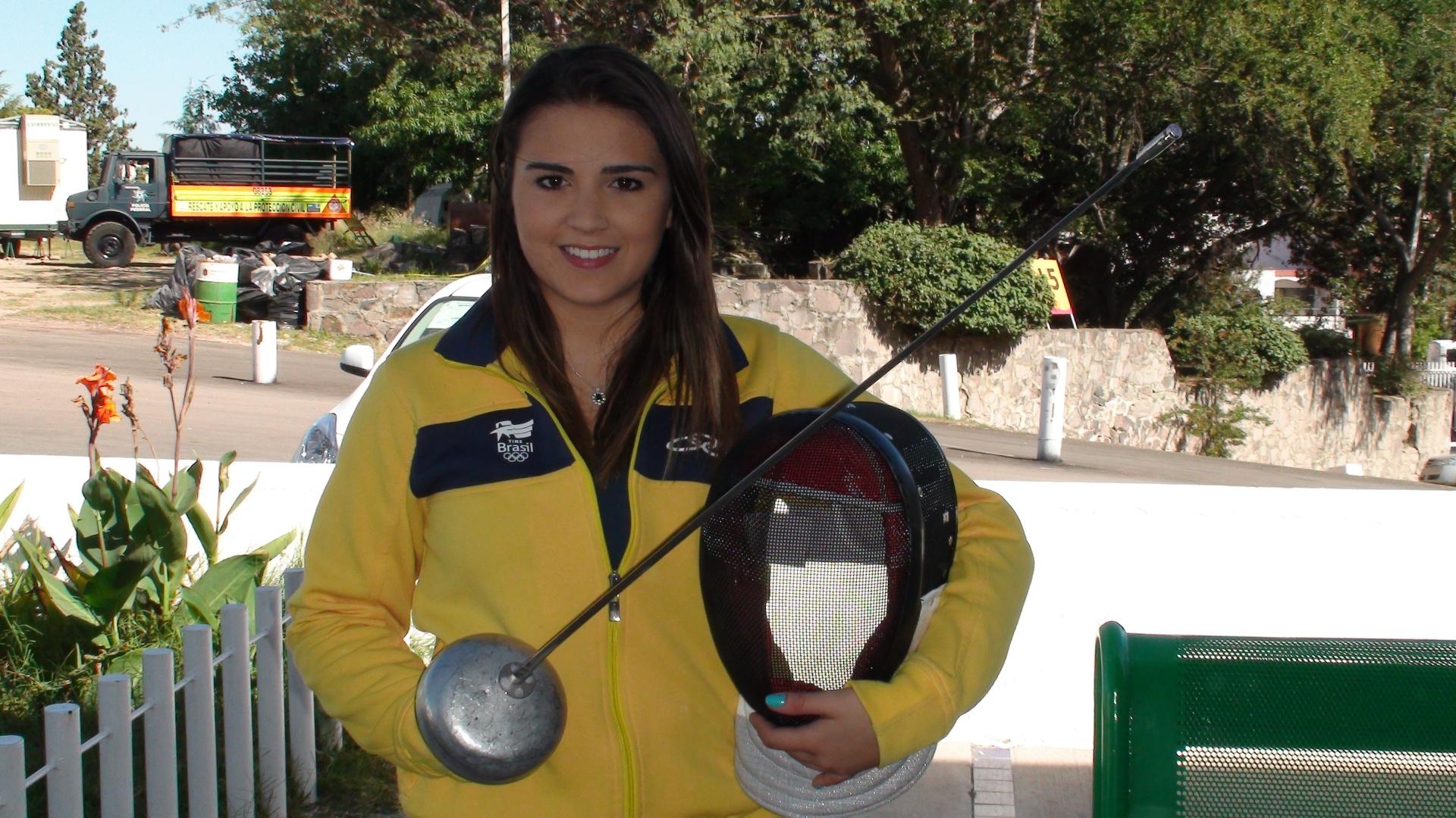 Esgrimista Amanda Simeão usa maquiagem até para competir de máscara