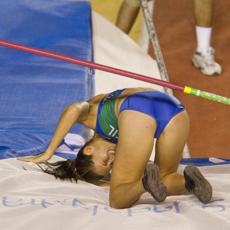 Fabiana Murer cai após tentativa de salto com vara durante conquista da prata no Pan
