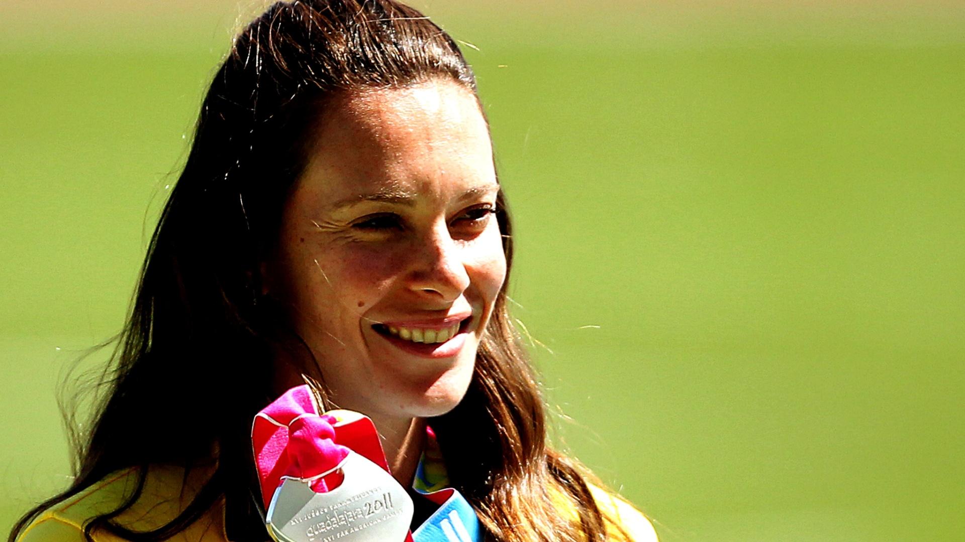 Fabiana Murer recebe sua medalha de prata após a participação no salto com vara no Pan de Guadalajara (25/10/2011)
