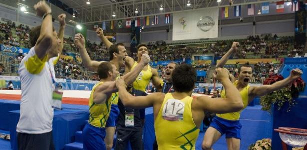 Ginastas brasileiros comemoram conquista do ouro por equipes no Pan-Americano