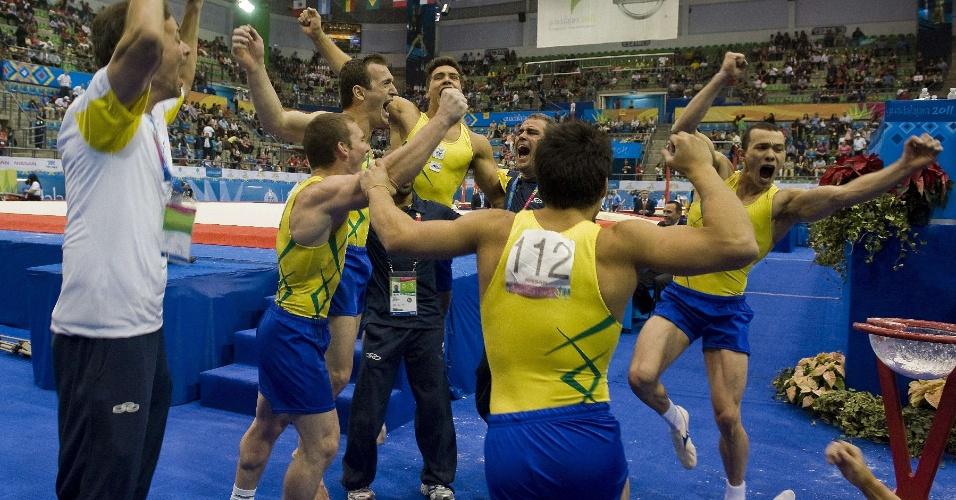 Ginastas brasileiros comemoram a conquista do ouro por equipes nos Jogos Pan-Americanos de Guadalajara (25/10/2011)