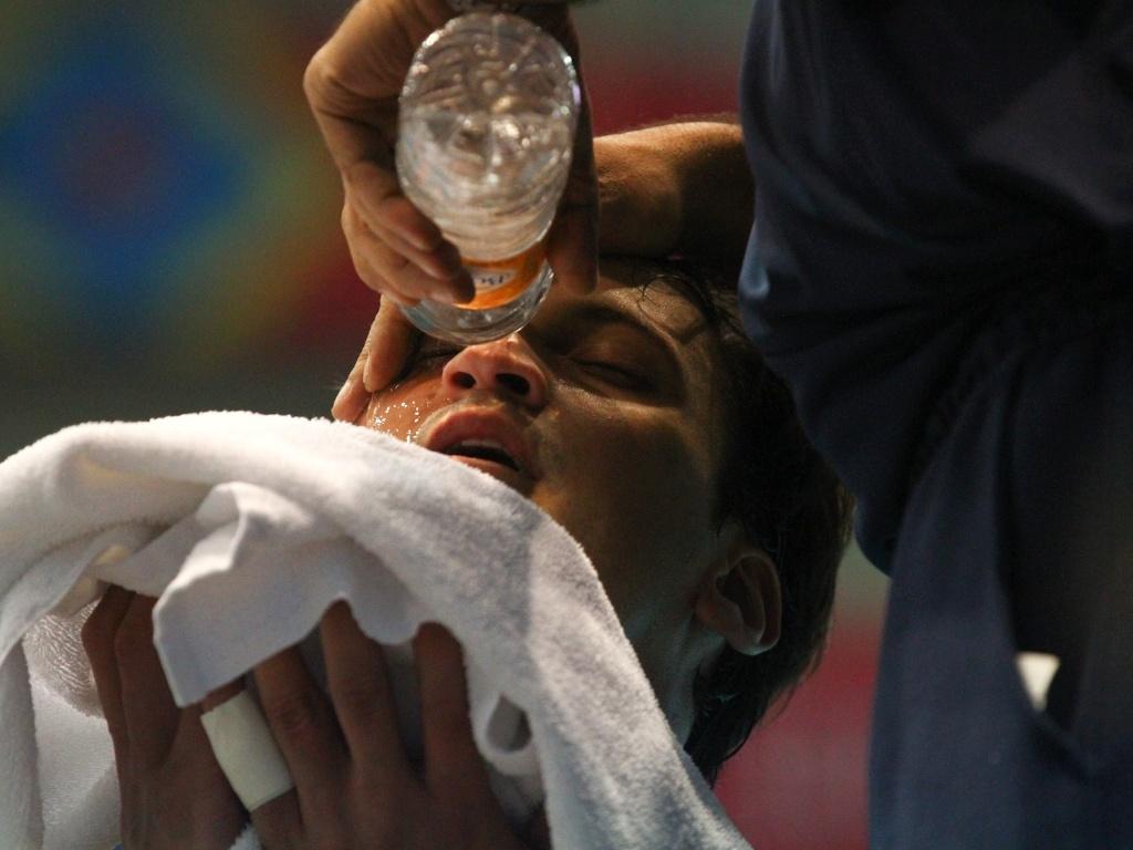 Lipe recebe atendimento após ter o olho atingido na vitória do Brasil sobre Porto Rico pelo vôlei masculino (25/10/2011)