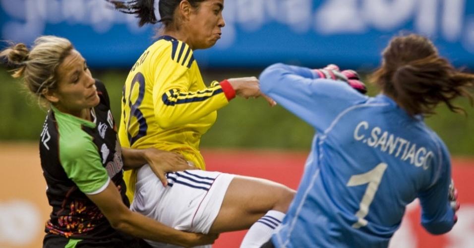 Mexicana Jennifer Ruiz aplica a mão por baixo da colombiana Katerin Castro em partida de futebol no Pan (25/10/2011)
