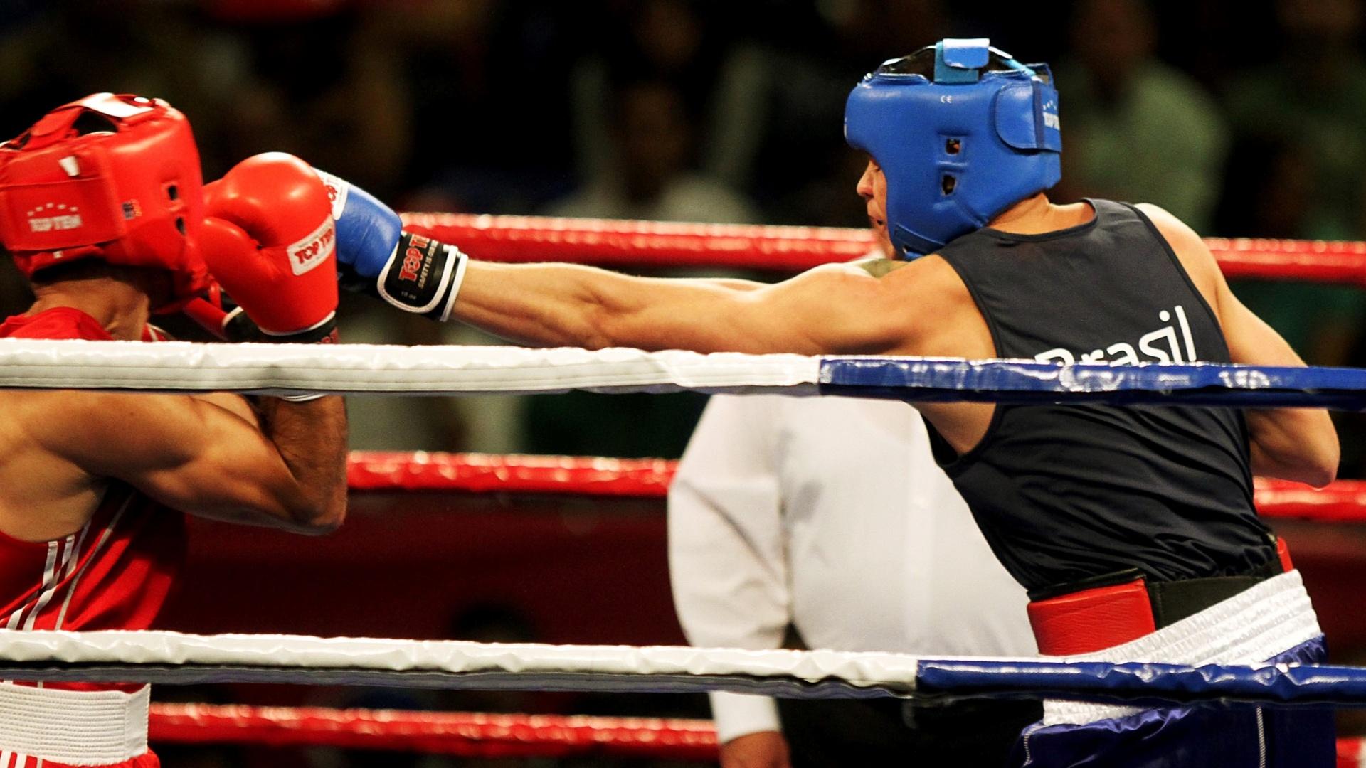 Myke Carvalho (de azul) derrotou o chileno Patricio Villarga por 30 a 8, e se classificou para a semifinal da categoria até 69kg (24/10/2011)