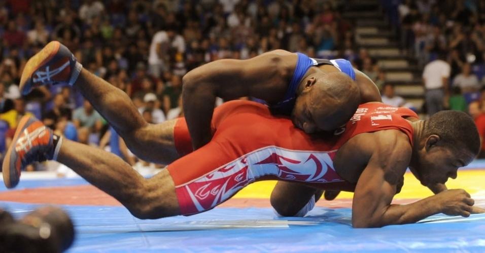 Norte-americano Vincent Ware tenta dominar o colombiano Edison Hurtado na luta olímpica do Pan de Guadalajara (23/10/2011)