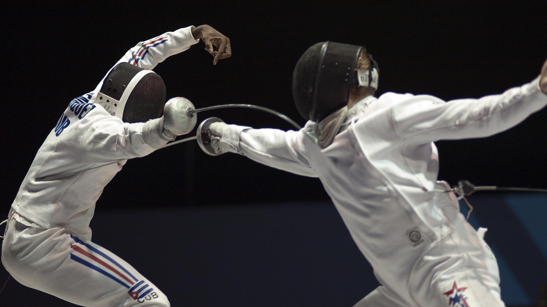 O norte-americano Weston Kelsey (dir.) derrotou o cubano Reinyer Henriquez na semifinal da espada, na esgrima