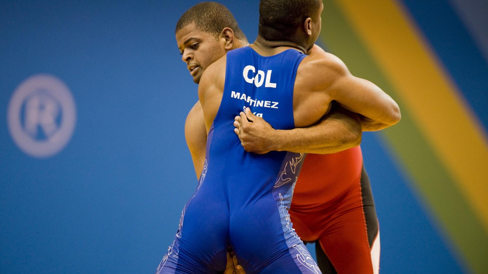 O portorriquenho Marcos Santos (de vermelho) tenta encaixar um golpe no colombiano Juan Martinez na luta olímpica do Pan de Guadalajara (24/10/2011)