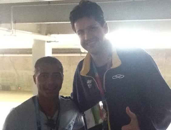Romário mostra diferença de altura para Guilherme Giovannoni na Vila Pan-Americana (25/10/2011)