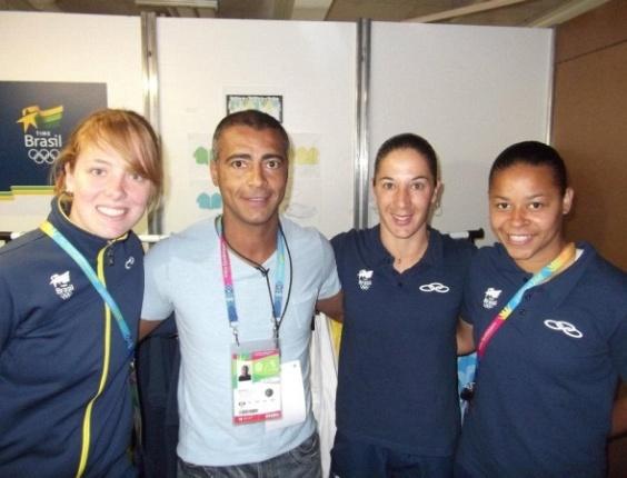 Romário posa para fotos com as meninas do futebol feminino na Vila Pan-Americana (25/10/2011)