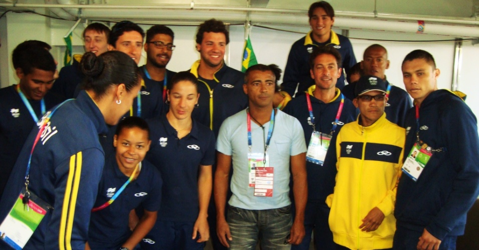 Romário visita a Vila Pan-Americana e posa para fotos com atletas brasileiros