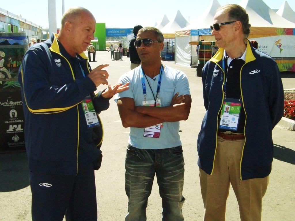 Romário visita a Vila Pan-Americana ao lado do presidente do COB Carlos Arthur Nuzman