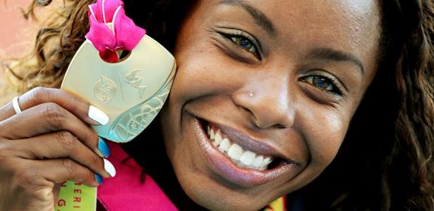 Brasileira Rosangela Santos recebe seu ouro após vencer a final dos 100 m rasos