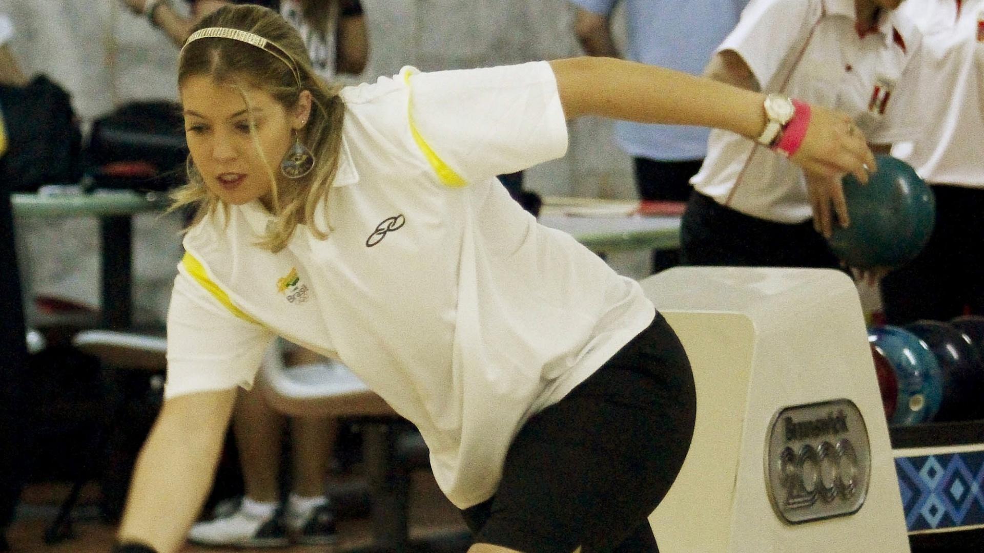 Stephanie Martins lança bola durante a disputa do boliche por equipes e Brasil fecha disputa em décimo lugar no Pan (25/10/2011)