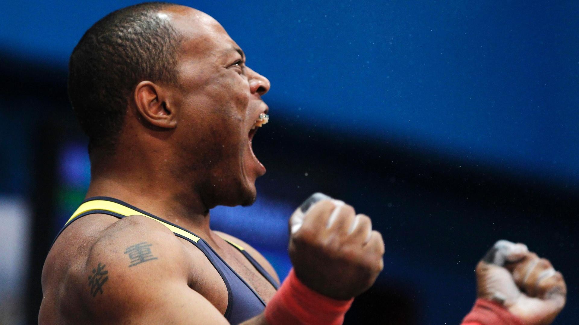 Welisson Silva vibra durante prova do levantamento de peso, categoria até 77kg (25/10/2011)