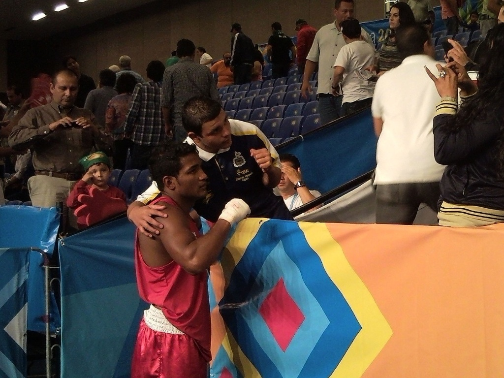 Yamaguchi Falcão tira fotos com os torcedores mexicanos após ser eliminado (24/10/2011)