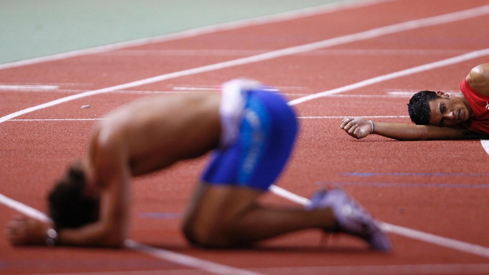 Argentino Roman Gastaldi e chileno Gonzalo Barroilhet caem no chão após a prova de 1500 m do decatlo (26/10/2011)