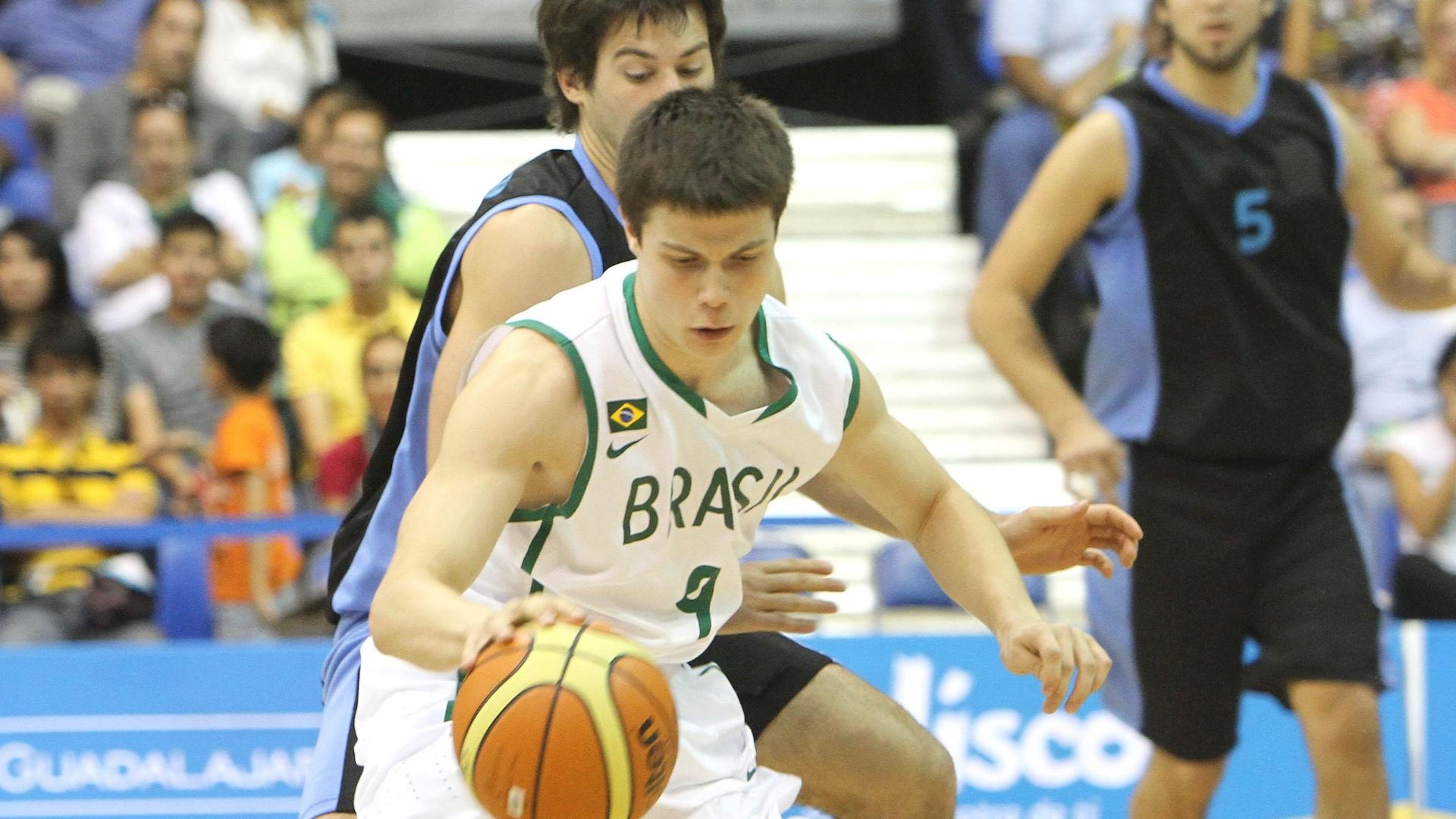 Armador brasileiro Davi Rosseto controla a bola na partida de estreia do Brasil pelo basquete masculino do Pan contra o Uruguai (26/10/2011)