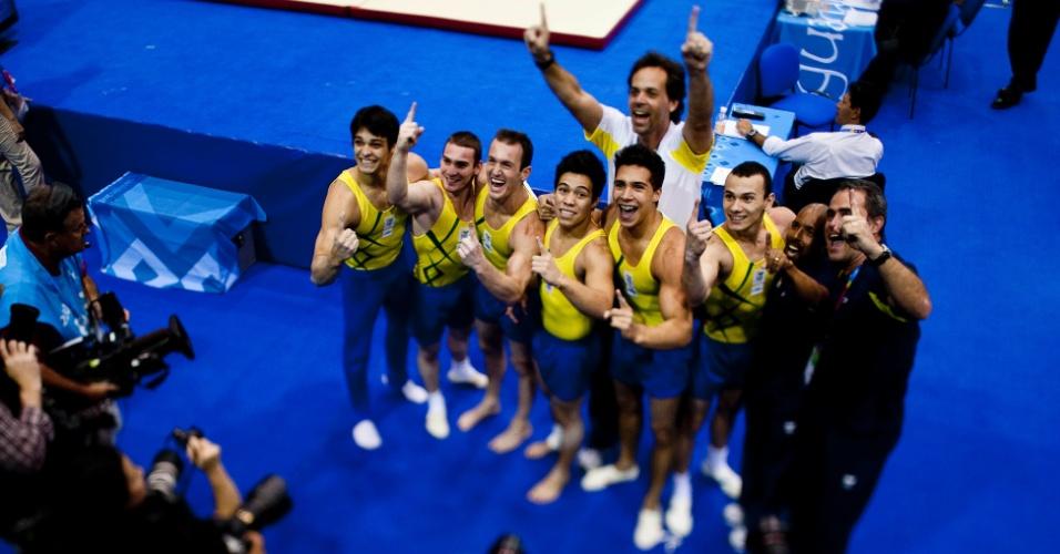 Atletas brasileiros comemoram o ouro por equipes na ginástica artística do Pan