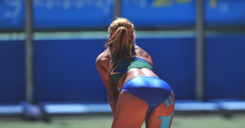 Brasileira Lucimara Silvestre relaxa após prova do salto em distância no heptatlo do Pan (25/10/2011)