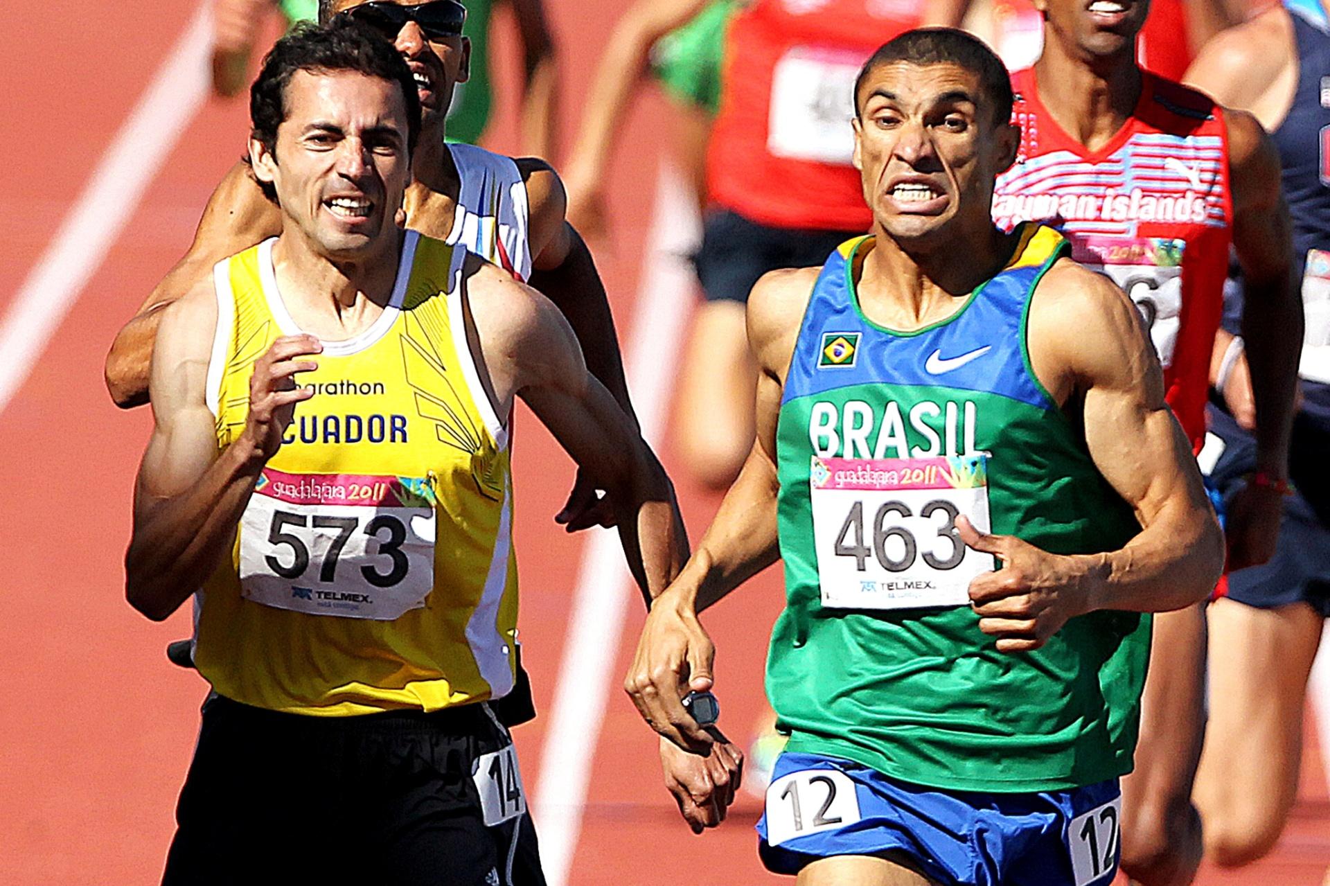 Brasileiro Leandro Oliveira disputa com equatoriano nos metros finais e fica com o ouro por 0s01 nos 1.500 m do Pan