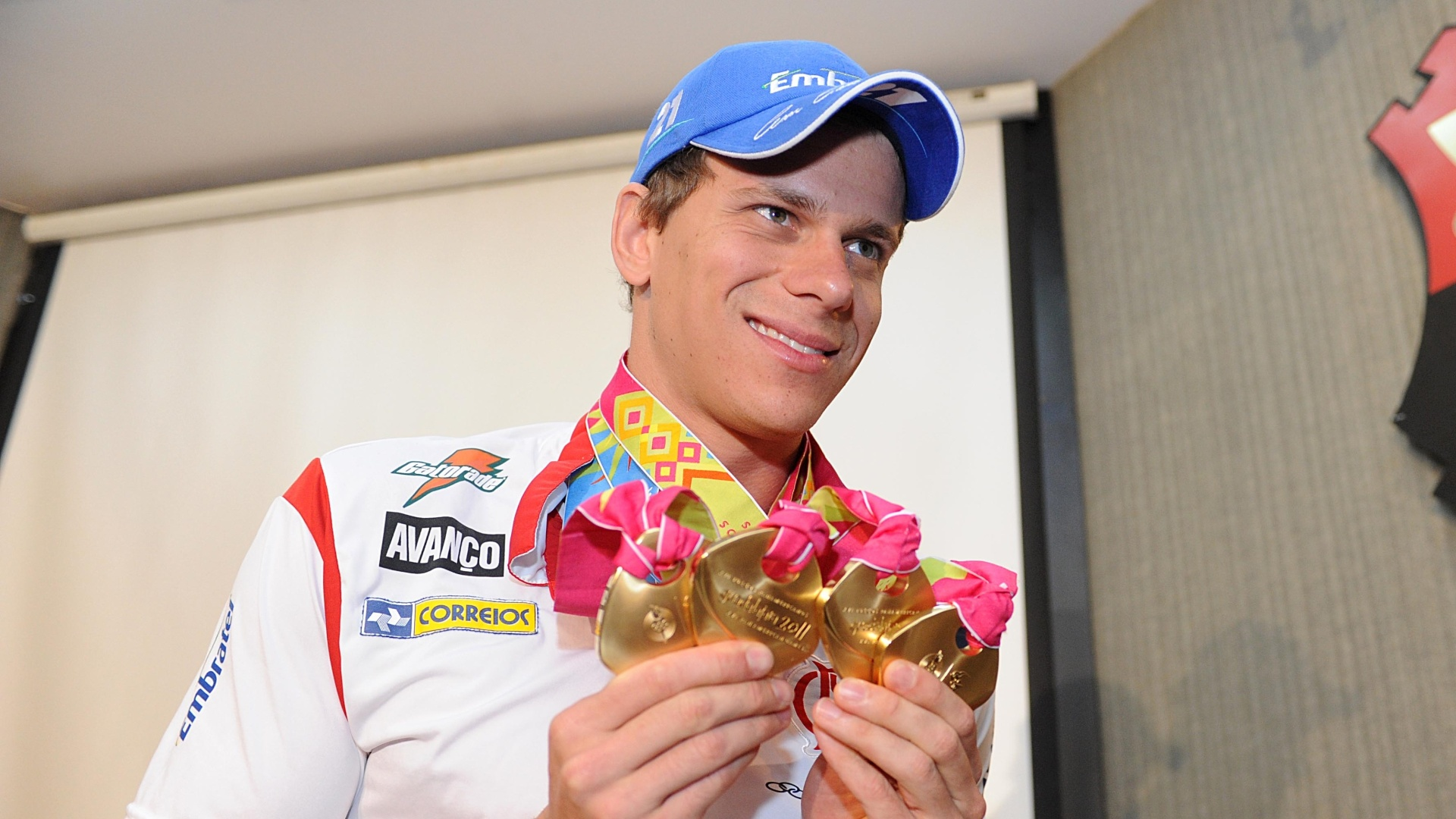 Cesar Cielo com as quatro medalhas de ouro no Pan-2011 em entrevista coletiva na Gávea