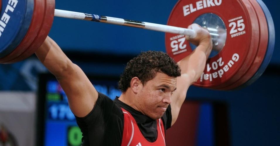 Cubano Javier Vanega tenta erguer 170 quilos na final do levantamento de peso para atletas até 97kg (26/10/2011)