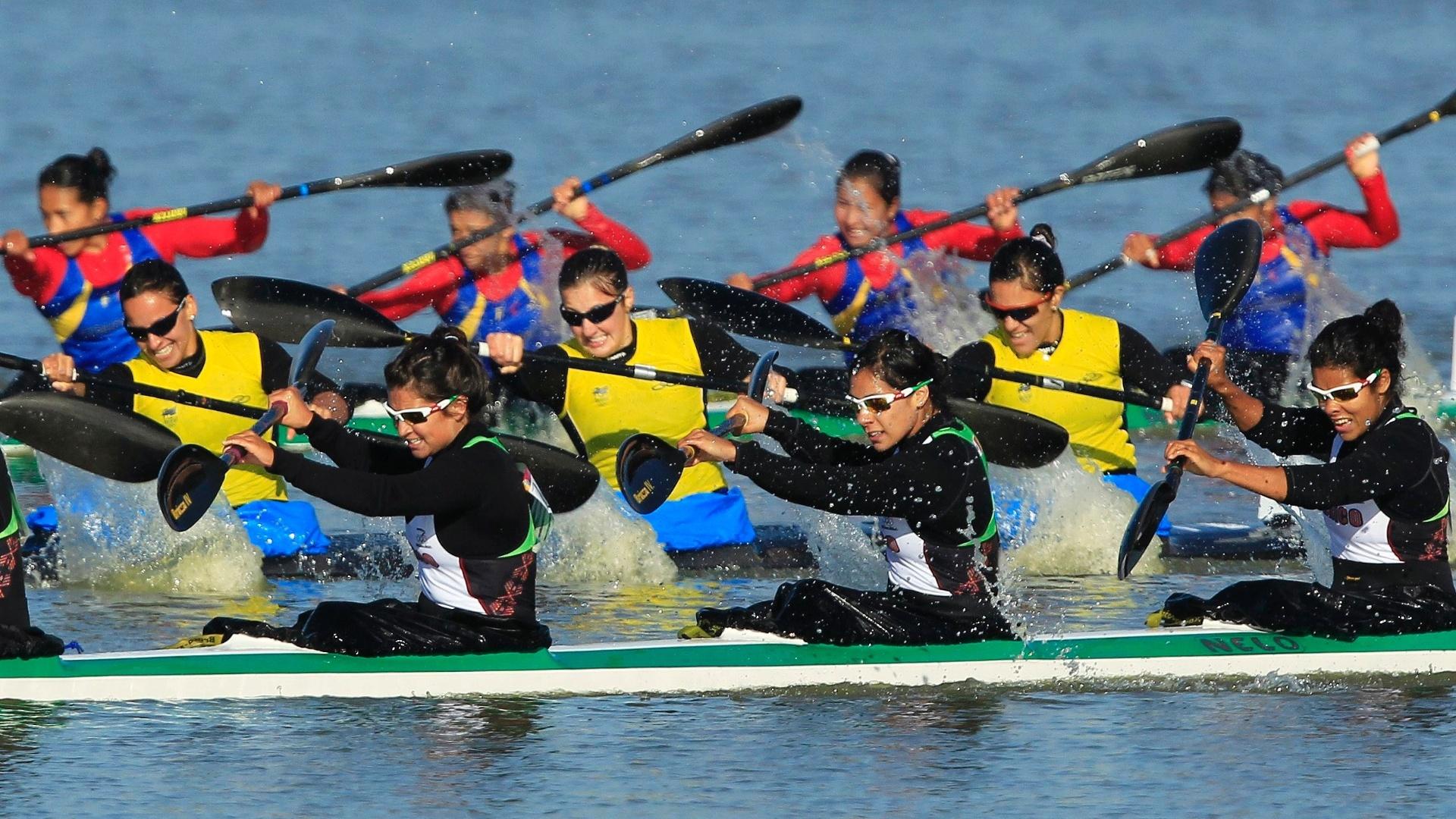 A equipe brasileira terminou a final do K4 500 m na 5ª colocação, na canoagem feminina (26/10/2011)
