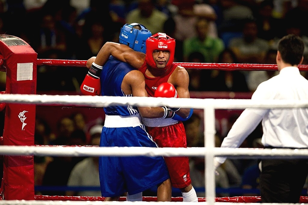 Everton Lopes reclama de lance com o cubano Roniel Iglesias, de Cuba; brasileiro, campeão mundial, foi derrotado na semifinal e acabou o Pan com o bronze (25/10/2011)
