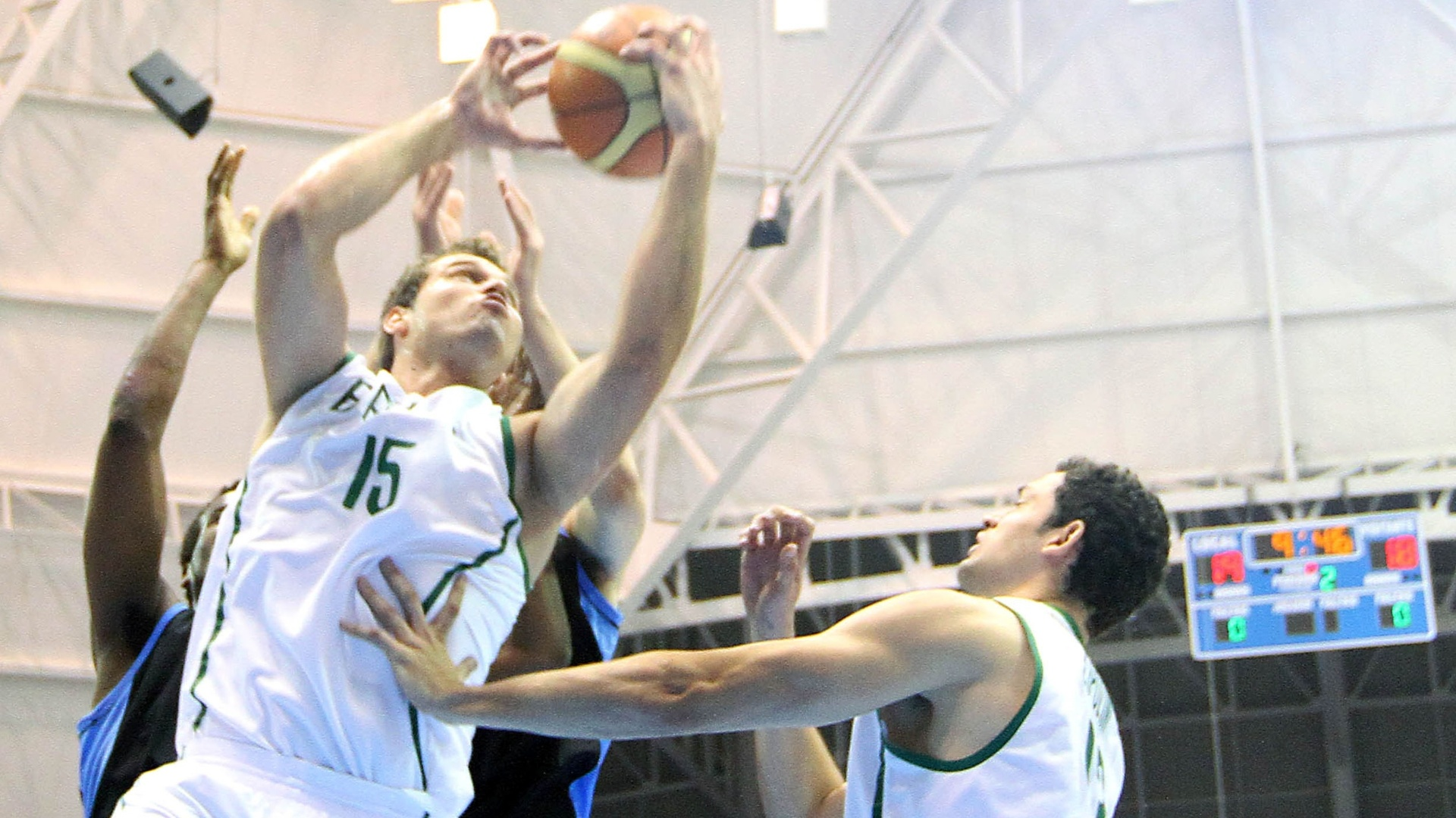 Guilherme Hubner arrisca arremesso na partida de estreia do Brasil contra o Uruguai no basquete masculino do Pan (26/10/2011)