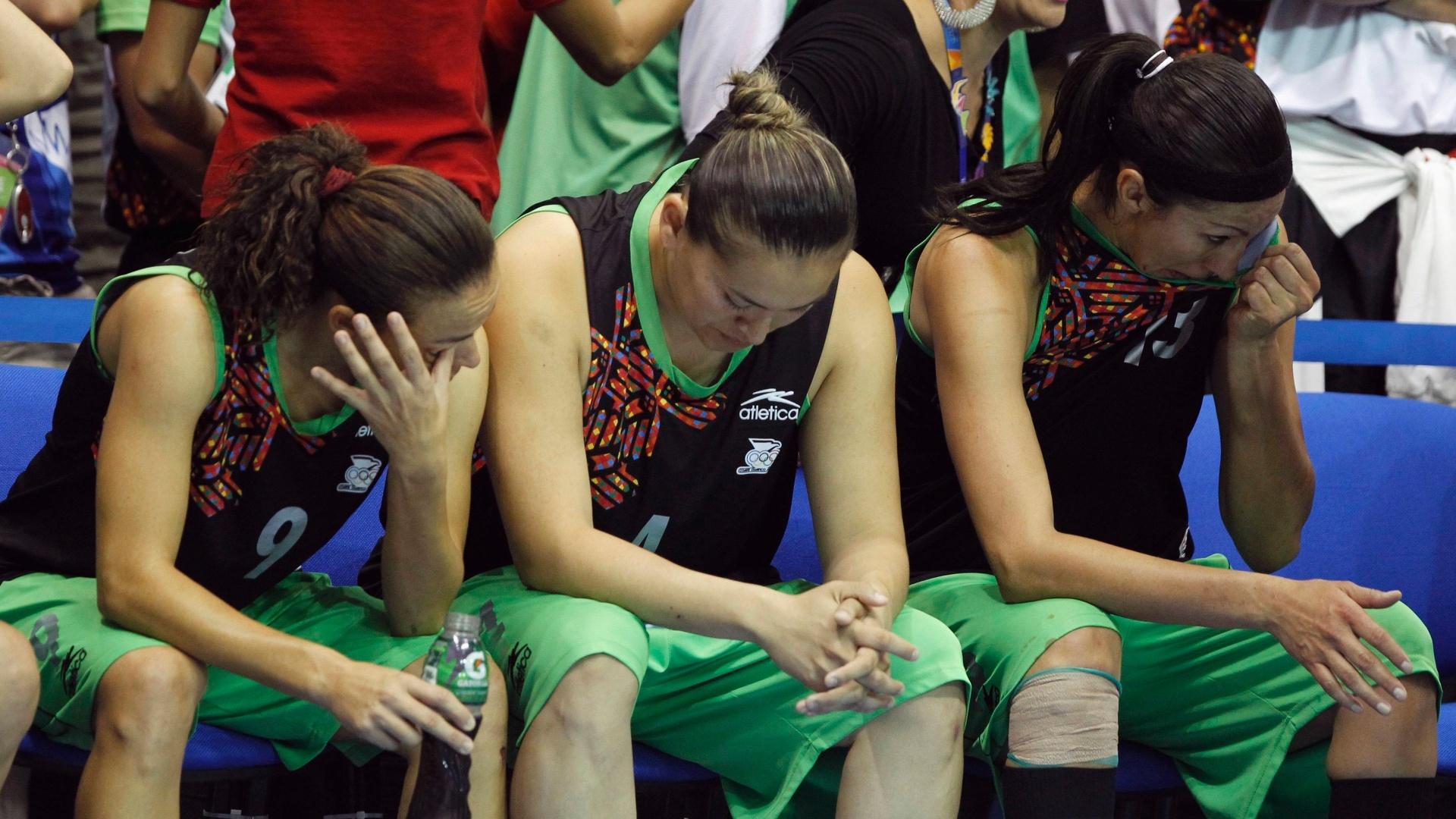 Jogadoras da seleção mexicana não seguram as lágrimas depois da derrota para Porto Rico por 85 a 67 na final do basquete