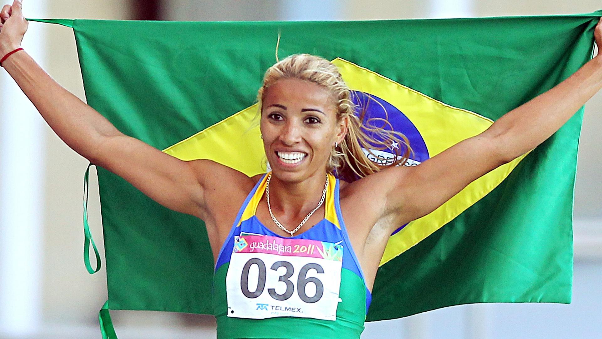 Lucimara Silvestre comemora com a bandeira brasileira seu ouro no heptatlo (26/10/2011)