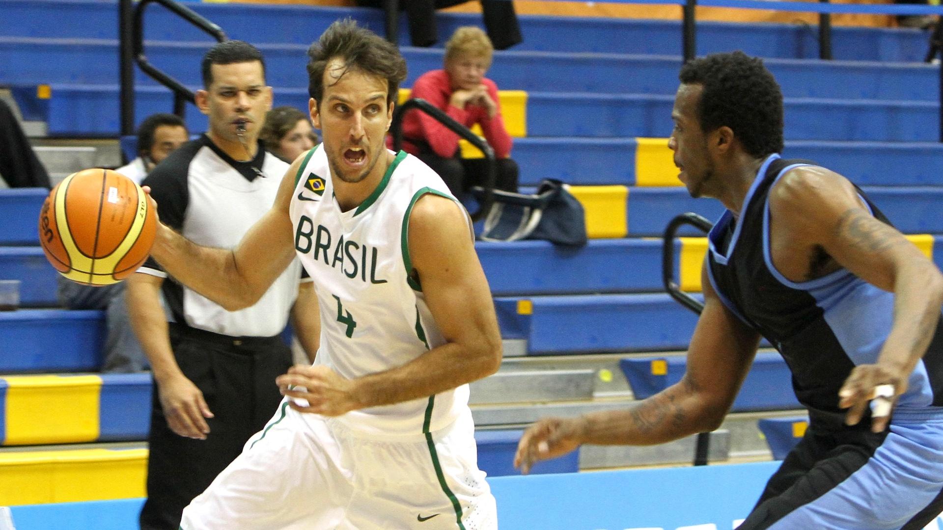 Marcelinho Machado tenta atacar na vitória brasileira sobre o Uruguai pela estreia do basquete masculino do Pan (26/10/2011)