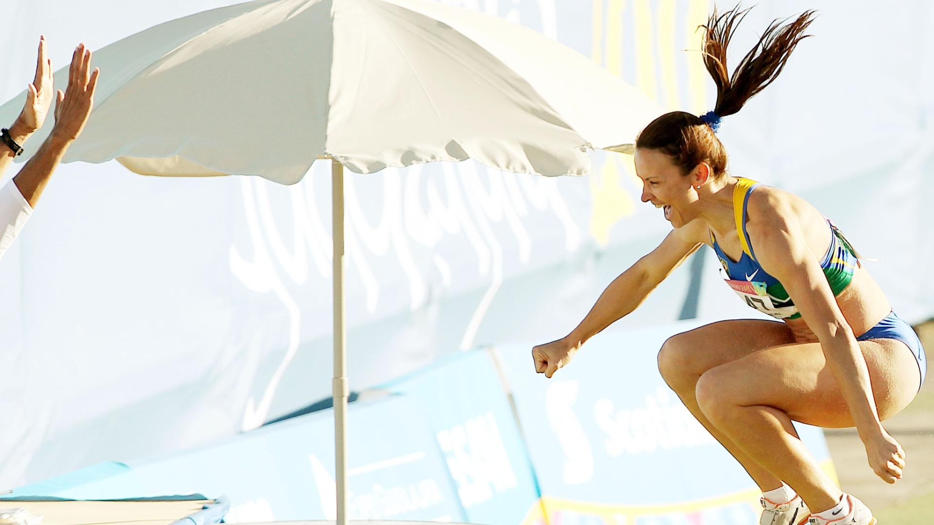 Maurren Maggi comemora salto de 6,94 m, seu melhor na temporada, durante a final do salto em distância do Pan (26/10/2011)
