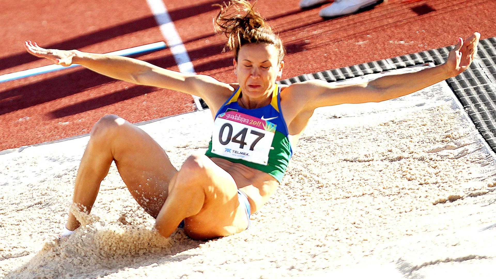 Maurren Maggi realiza salto de 6,94 m, seu melhor na temporada, durante a final do salto em distância no Pan (26/10/2011)